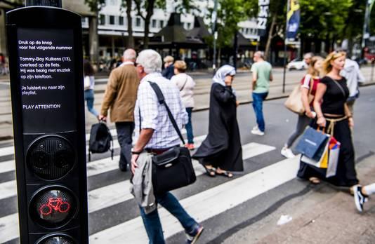 De gemeente Rotterdam introduceert het verkeerslicht P(l)ay Attention. Het licht maakt fietsers erop attent dat het gevaarlijk is om te fietsen terwijl je op je telefoon kijkt.
