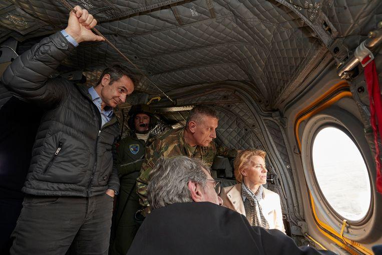 Ursula von der Leyen kijkt vanuit een helikopter uit over de Griekse grens met Turkije.  Beeld EPA