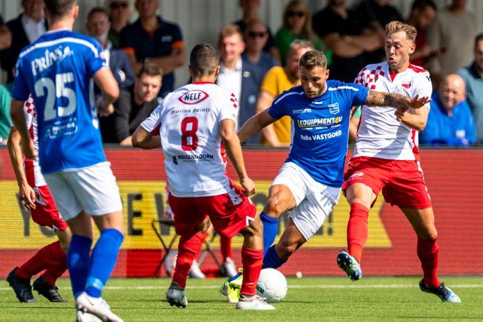 GVVV-spits Jordi Bitter (tweede van rechts) bezorgde zijn elftal met de gelijkmaker een punt bij Kozakken Boys.
