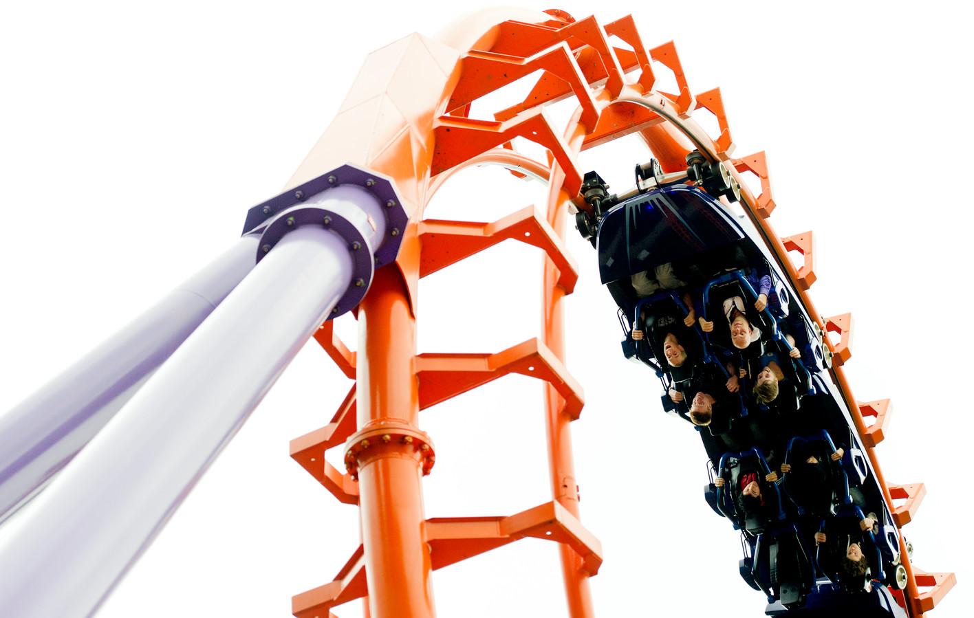 Bezoekers van attractiepark Walibi Holland genieten van de hoge snelheid in de Speed of Sound-attractie.