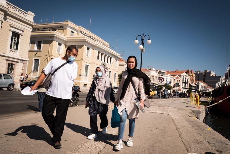 Migranten zoeken hun weg in de straten van Mitilini op Lesbos. Beeld Nicola Zolin