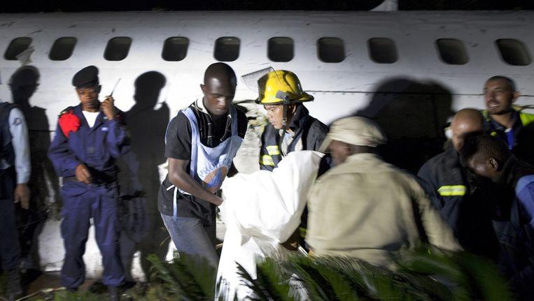 Reddingswerkers bij het neergestorte toestel. Beeld reuters