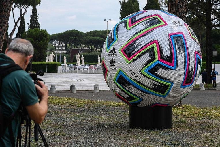 Voor het Stadio Olimpico staat een grote toernooibal. Beeld AFP