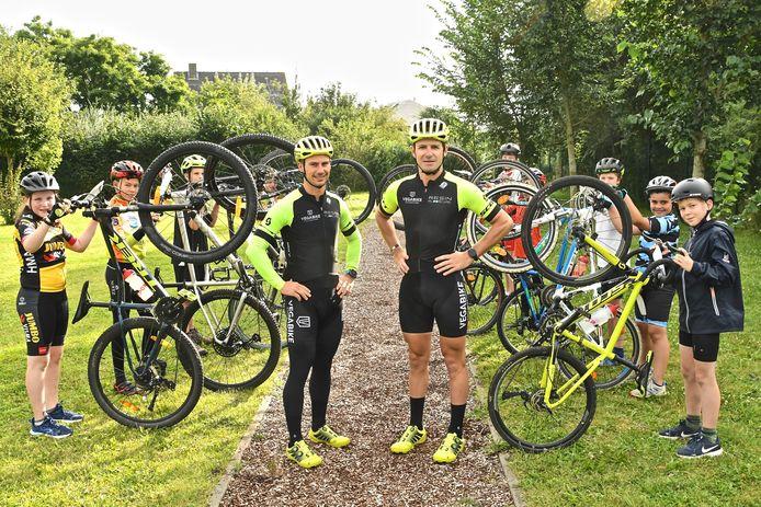 Whytic Priem en Bart Goudeseune worden aangemoedigd door de jonge mountainbikers van het Bike2Gold-kamp dat Bart organiseert.