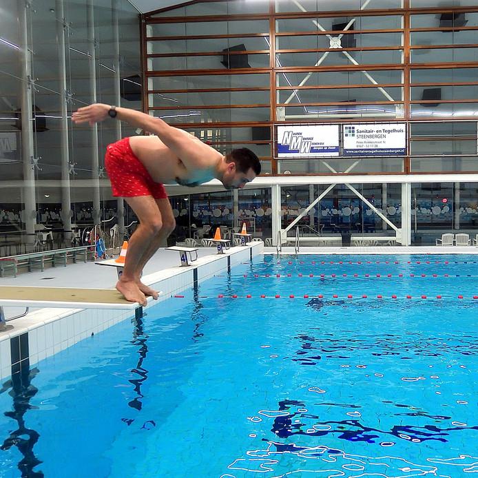 Eindelijk weer zwemmen in De Schelp. Wethouder Barry Jacobs neemt de eerste duik.