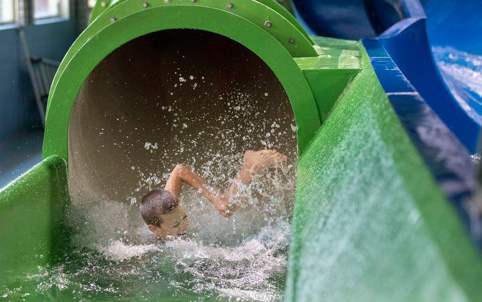 De nieuwe glijbaan in zwembad De Peppel is eindelijk weer in gebruik.
