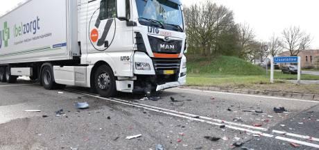Vrachtwagen knalt keihard achterop busje bij kruising op IJsselallee in Zwolle
