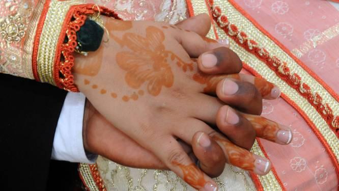 """Aïsha (18) gaat trouwen achter de rug van haar ouders: """"Na een tijdje hebben we ook gevrijd met elkaar. Binnen mijn geloof mag dat eigenlijk niet"""""""