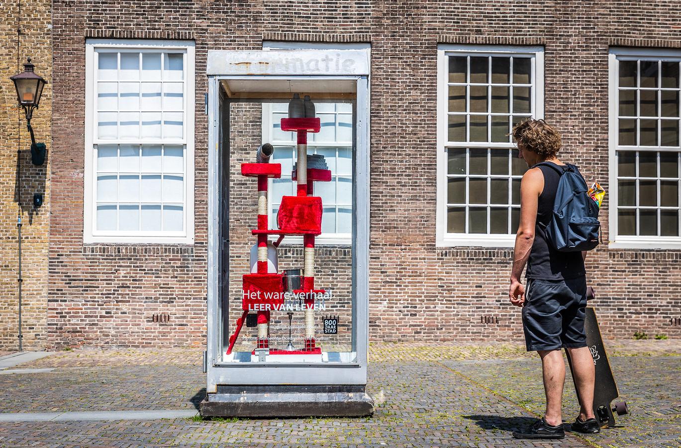 Het werk van Yvo van der Vat in Het Hof van Nederland. De telefooncel fungeert als tijdreismachine, daarom verandert de inrichting van het object ook regelmatig.