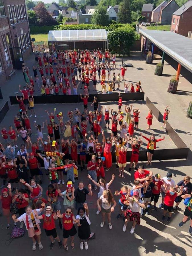 De leerlingen van basisschool De Bloesem in Kerksken supporteren voor de Rode Duivels.
