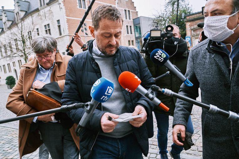 Tv-maker Bart De Pauw komt aan bij het gerechtsgebouw van Mechelen. Beeld Thomas Sweertvaegher