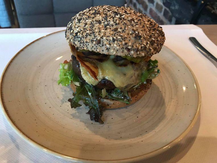 De huisgemaakte hamburger.