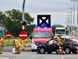 Auto over de kop na zware botsing: één bestuurder naar ziekenhuis