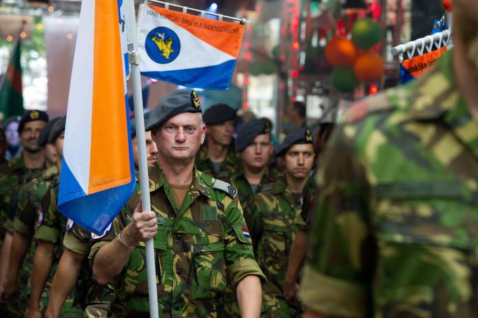 Militairen tijdens de Vlaggenparade van gisteren.