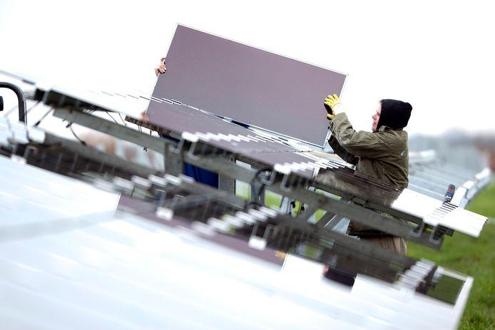Op een voormalige vuilnisbelt in Azewijn in de Achterhoek is al een solarpark gemaakt. Volgens Pfixx Solar zijn in Nederland achthonderd oude vuilstorten geschikt om 'te behangen' met zonnepanelen. Archieffoto.