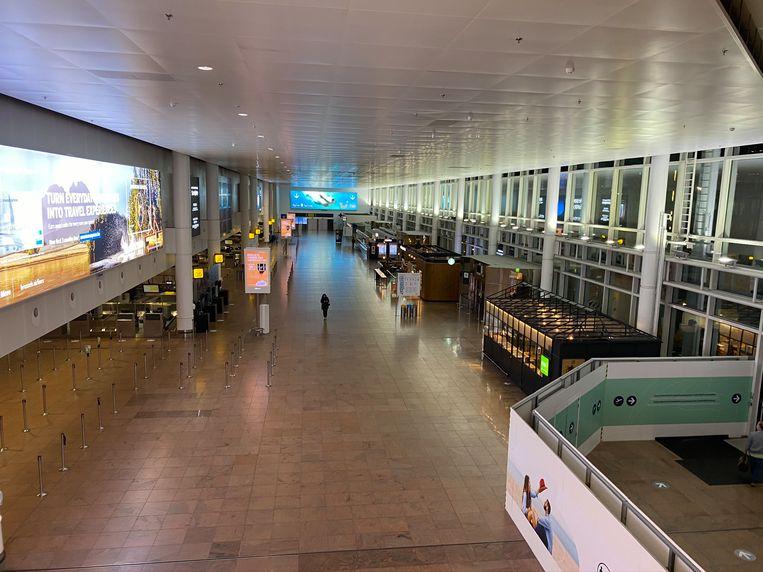 Een lege vertrekhal, deze week in Zaventem. Ook de komende weken worden weinig reizigers verwacht. Beeld Dieter Nijs