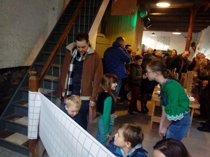 Jeugdburgemeester Rosalijn van Zijtveld (rechts) nam zaterdag een kijkje bij Art4 Kids, kinderkunst. Jongeren kinderen exposeerden in de Sigaar in Kampen hun werk.
