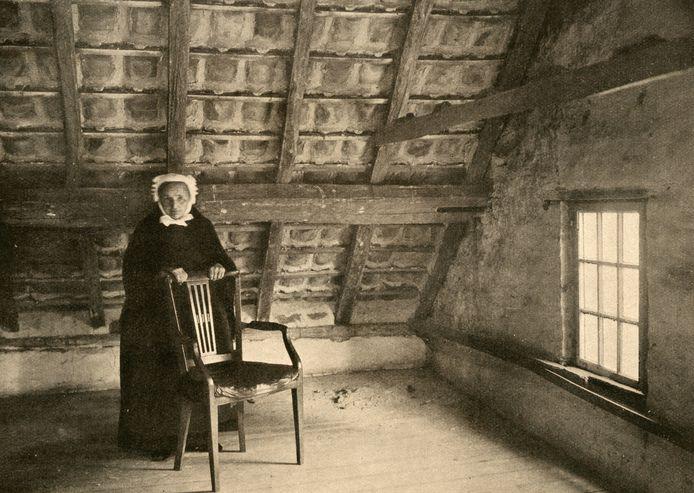 De hospita van Vincent van Gogh met een stoel van de kunstenaar op de voormalige slaapkamer van hem; de zolder van de toen nog bestaande kosterswoning van koster Schafrat aan het huidige Park in Nuenen.