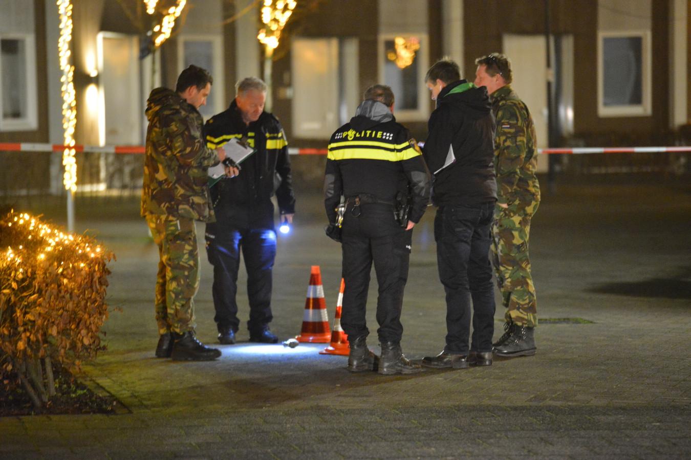 Medewerkers van de EOD deden onderzoek naar de granaat, die nep bleek te zijn.