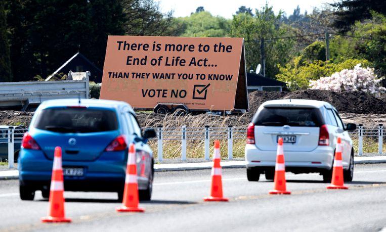 Automobilisten in het Nieuw-Zeelandse Christchurch passeren een billboard met daarop de boodschap om tegen de voorgestelde euthanasiewet te stemmen. Beeld AP