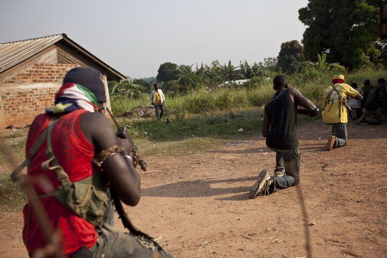 Anti-balaka militiemannen trainen aan de rand van Bangui. Beeld afp