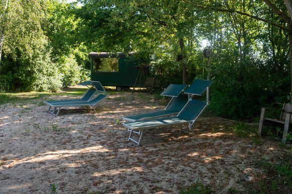 Het strandje met ligstoelen op de naturistencamping Grensland in Nieuwmoer.