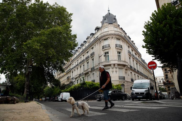Een man loopt langs een appartement dat eigendom was van Jeffrey Epstein in Parijs.