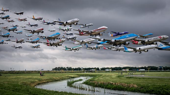 Fotobewerking: het aantal vliegtuigen dat in 4 uur arriveert op de Polderbaan. Archieffoto: juli 2015.