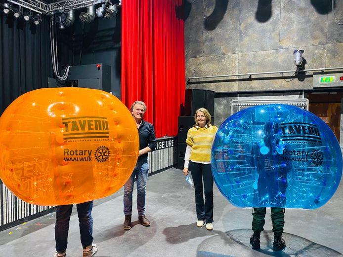 Erik van Ginneken van De Tavenu en Ria Weerts-Van Loon van Rotary Waalwijk met de attributen voor het bubbelvoetbal.