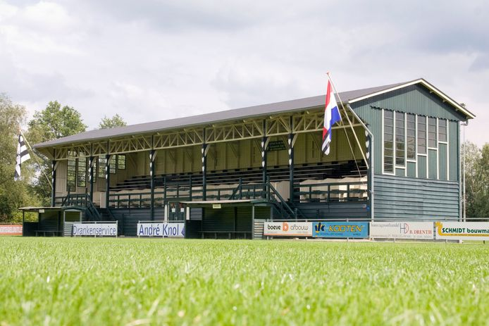 De houten hoofdtribune in Engelse stijl van AVC Heracles uit 1924 is een Rijksmonument.