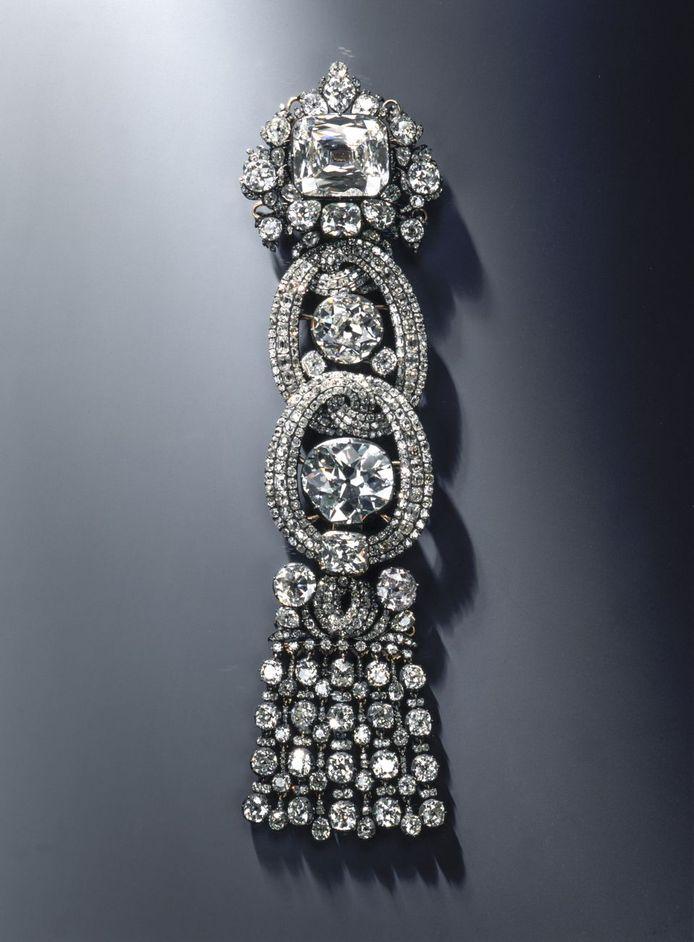 Ook een diamant van 49 karaat, die ter versiering aangebracht is op een schouderbedekking, werd ontvreemd. Het gaat om een pronkstuk van het museum.