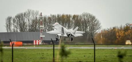 Naakte man klimt over hek en vernielt hangardeur op vliegbasis Leeuwarden