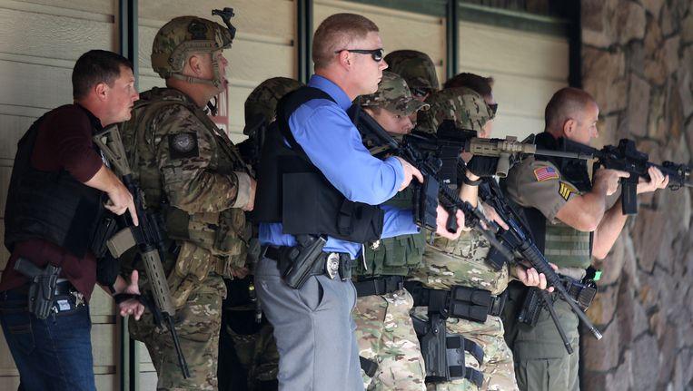 Politie en militairen doorzoeken de campus na de schietpartij Beeld AP