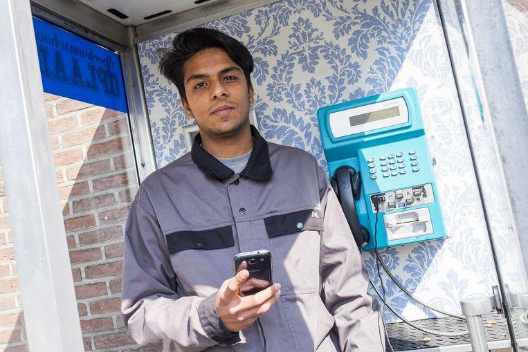 Bedenker Ali Mirza in het telefoonkotje, dat ook is uitgerust met speakers en bluetooth.