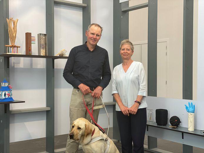 Dirk met zijn blindengeleidehond Racham en zijn correspondent Mimi.