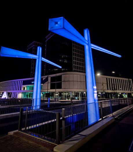 Brug of lichtobject? De Egbert Gorterbrug in Almelo is het allebei