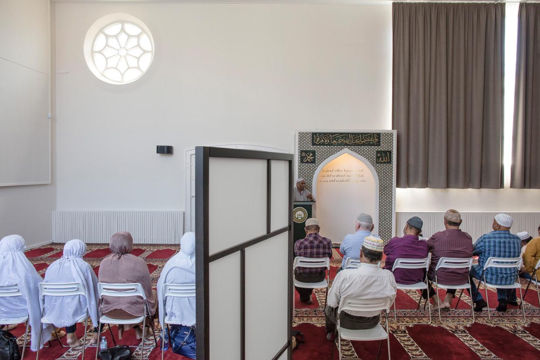 De Al Qiblatain-moskee in Den Haag, in de voormalige Thomaskerk, is een van de twee kerkgebouwen die sinds 2000 moskee zijn geworden.
