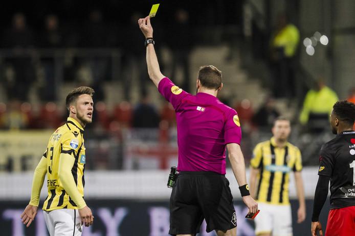 Scheidsrechter Ed Janssen (r) geeft de gele kaart aan Vitesse speler Ricky van Wolfswinkel (l) waardoor hij geschorst is tegen Feyenoord volgende week