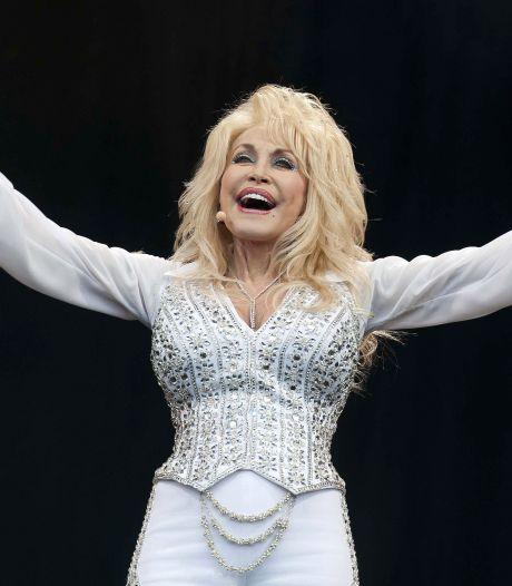 Gehaaide Dolly Parton is 75 jaar: 'Het kost veel geld om er zo goedkoop uit te zien'