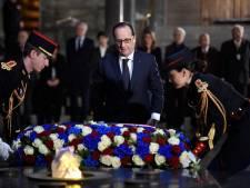 Hollande dénonce théorie du complot et négationnisme