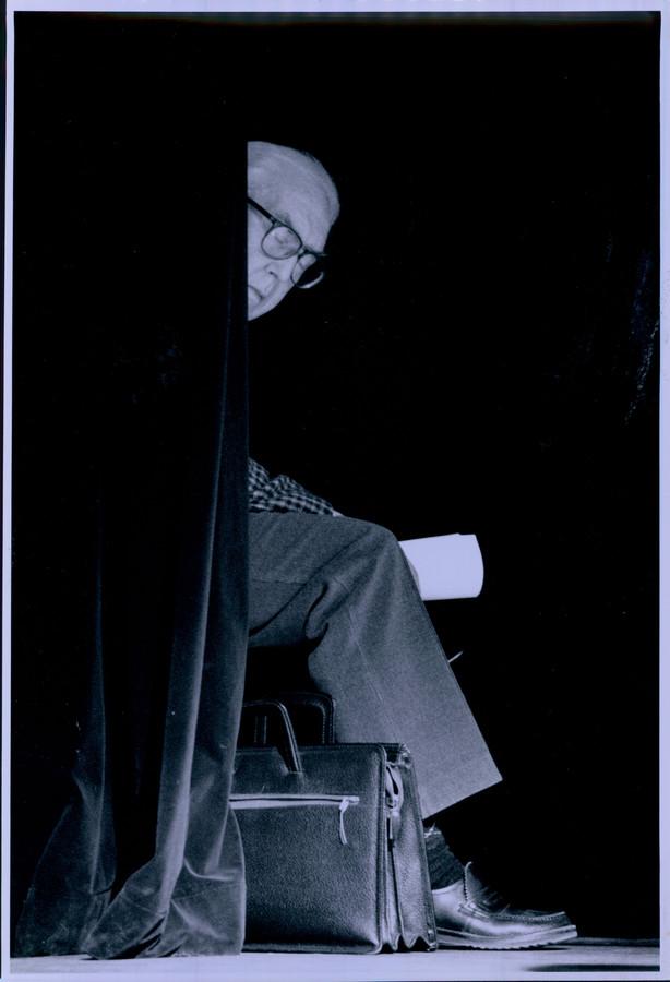 Willem Brakman schrijver. Zit te wachten voor zijn optreden bij poëziefestival.