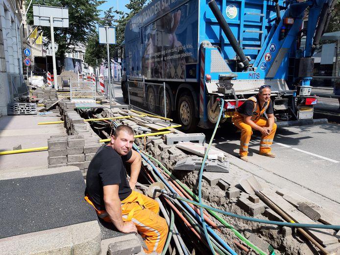 Michael en zijn collega's vervangen de gasleidingen in de Kneuterdijk. 'Tot september hier bezig, daarna de wijkjes hierachter in'.