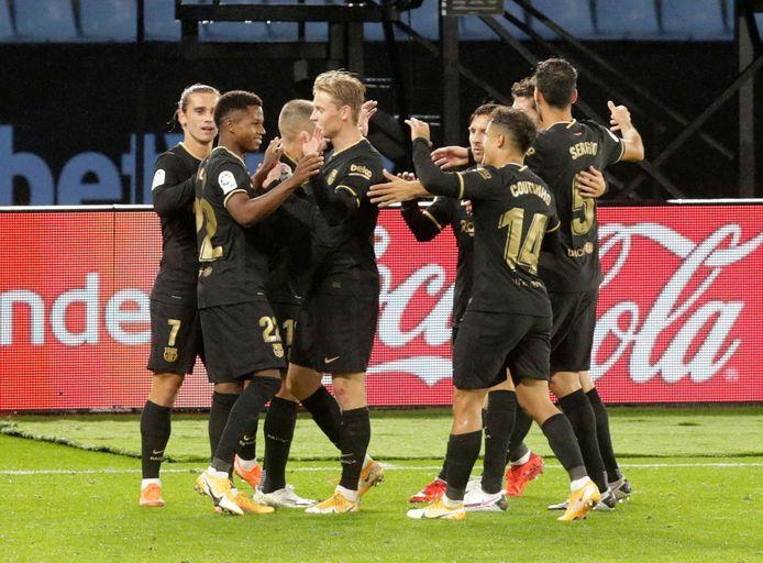 Ansu Fati viert zijn goal met Frenkie de Jong.