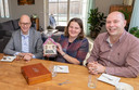 Wethouder Gerard Bruijniks (links) op bezoek bij Robert en Petra van Halder, de eerste bewoners van de nieuwe wijk Westwaard.