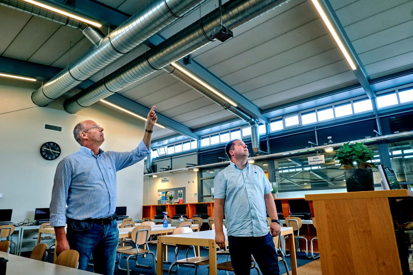 Conciërge Jan Buizer en Robèrt van der Meijden van Valtos Architecten checken het nieuwe klimaatbeheersingssysteem in het Hoeksch Lyceum.