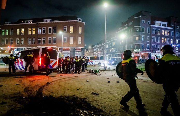 Beeld van de onlusten in Rotterdam maandagavond. De politie werd bekogeld met stenen en vuurwerk.