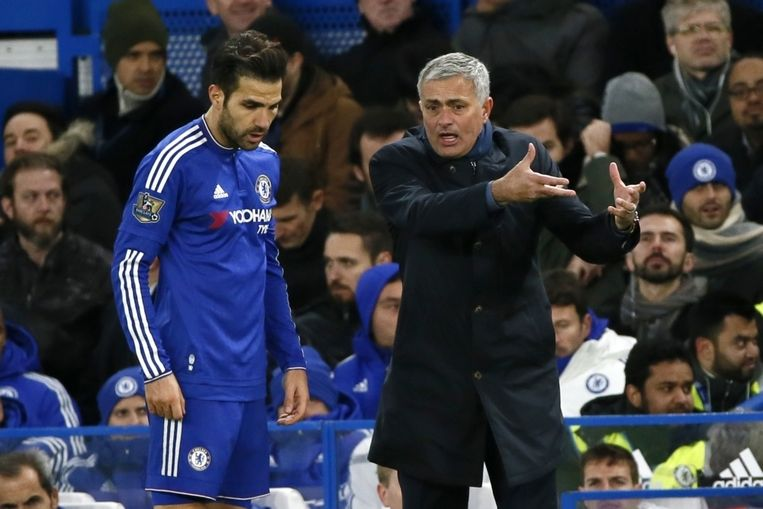 Mourinho en Fabregas vielen dit seizoen met Chelsea ver terug. De Portugese trainer moest donderdag het veld ruimen. Beeld pro shots