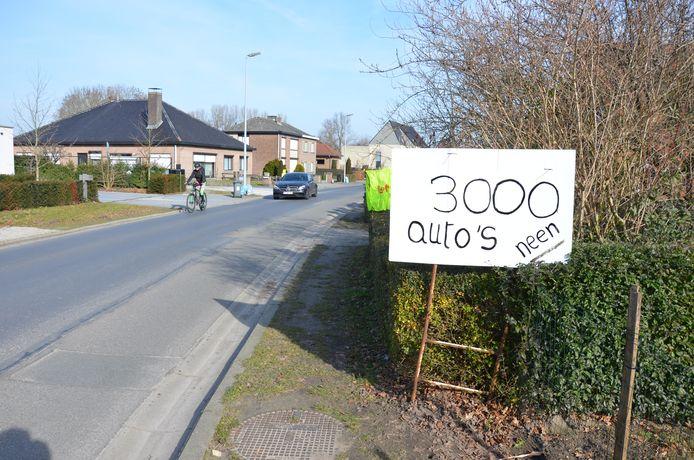 Net als twee jaar geleden zullen er de komende dagen opnieuw gele hesjes worden opgehangen in de woonwijken rond de industriezone.