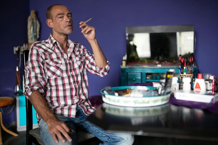 Johan Gruyters kan van zijn wao-uitkering geen medicinale wiet kopen. Daarom kweekte hij die zelf.  Omdat het hem helpt de bijwerkingen van zijn aidsremmers te bestrijden.