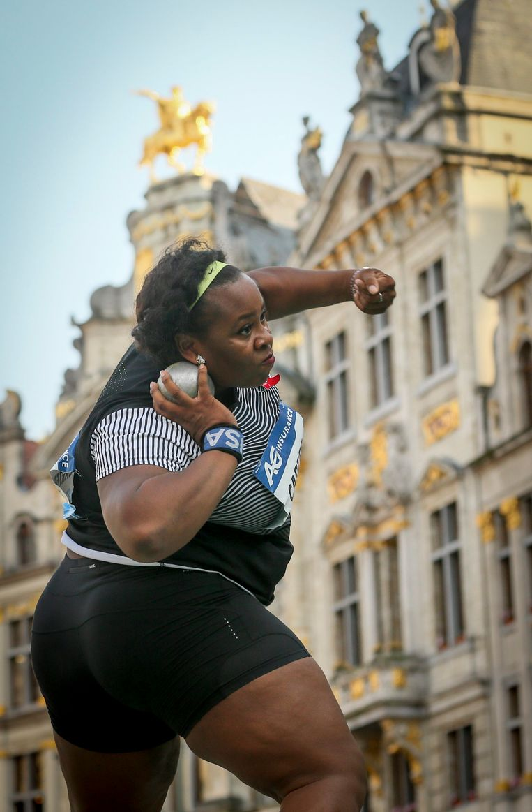 epa05530524 Michelle Carter of the USA in action to take first position during the Women's Shot Put competition at the Memorial Van Damme IAAF Diamond League international athletics meeting in the Brussels' Grand place, Belgium, 08 September 2016.  EPA/OLIVIER HOSLET Beeld EPA